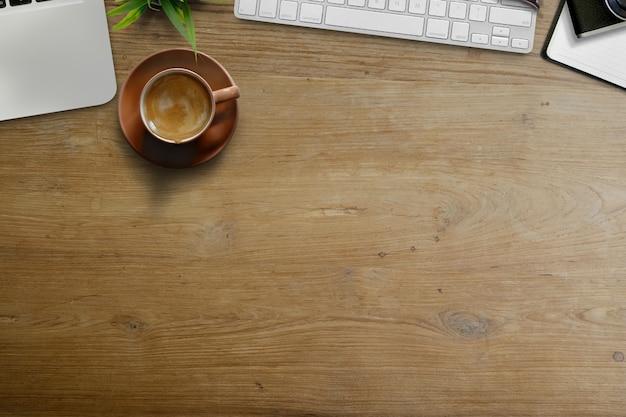 Geschäftsarbeitsplatz, schreibtischkaffeetasse und bürozubehör mit kopienraum.