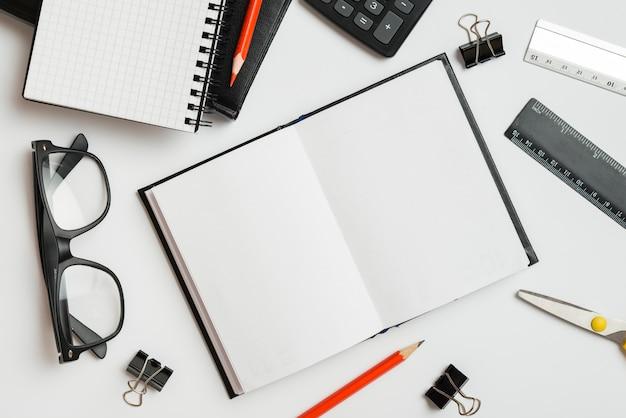Geschäftsaufbau mit offenem notizbuch