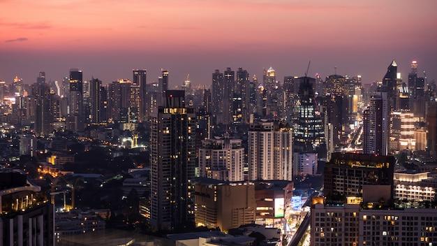 Geschäftsbereich in bangkok, thailand, gebäude in der dämmerungszeit zeigend