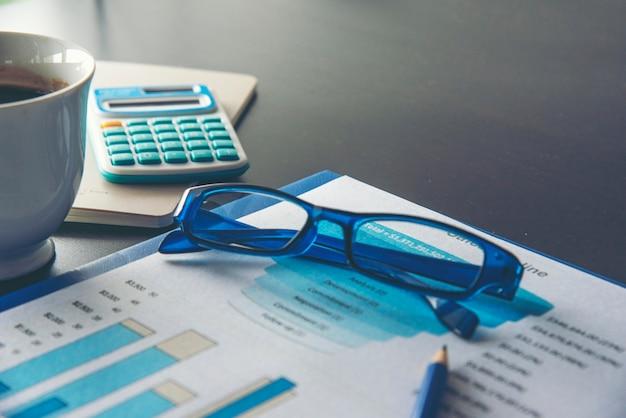Geschäftsbericht der excel-statistik-tabelle mit grafik und diagramm auf tabelle
