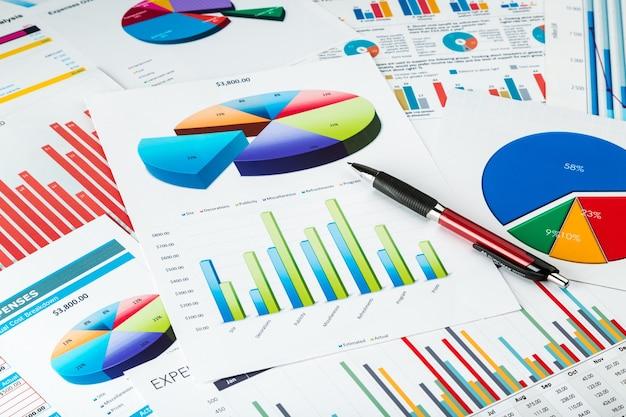 Geschäftsbericht hintergrund mit stift