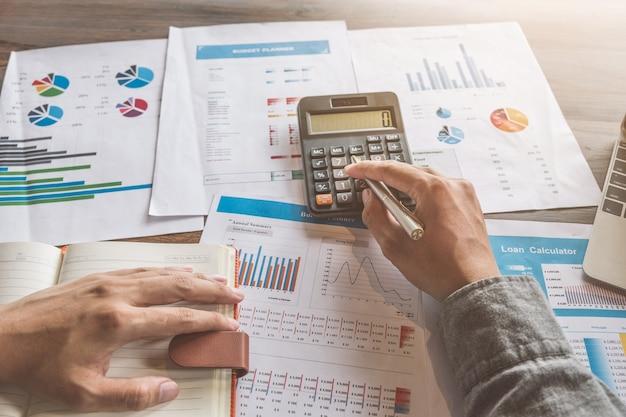Geschäftsbuchhaltung, geschäftsmann, der taschenrechner mit budgetdokument verwendet