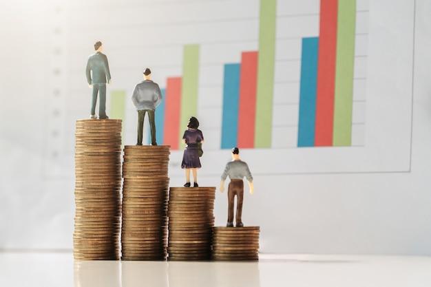 Geschäftsbuchhaltungskonzept. miniaturspielzeug-versammlungsstand auf münzen mit papierarbeitsgraph