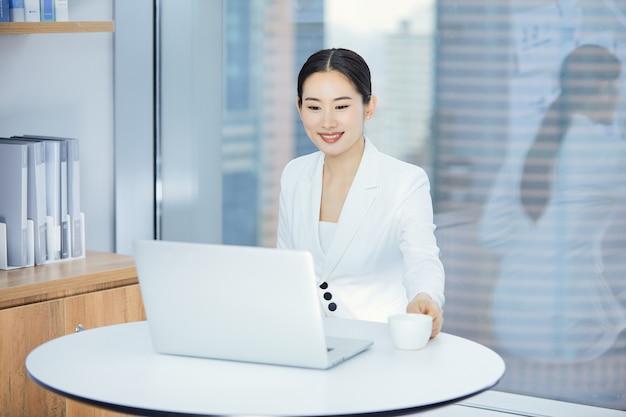 Geschäftsdame, die im büro arbeitet