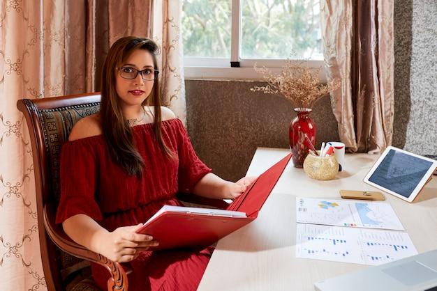 Geschäftsdame, die in ihrem büro arbeitet