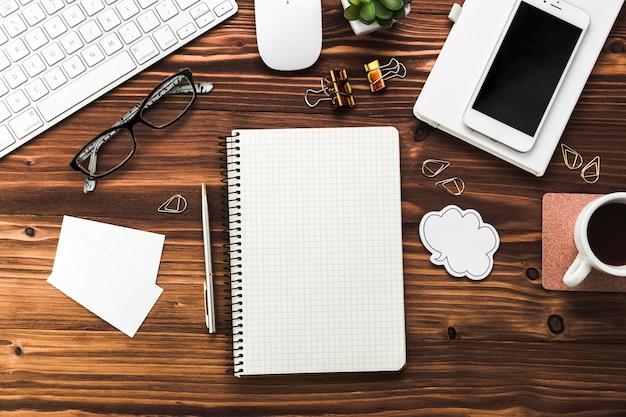 Geschäftsdesktop mit büroelementen