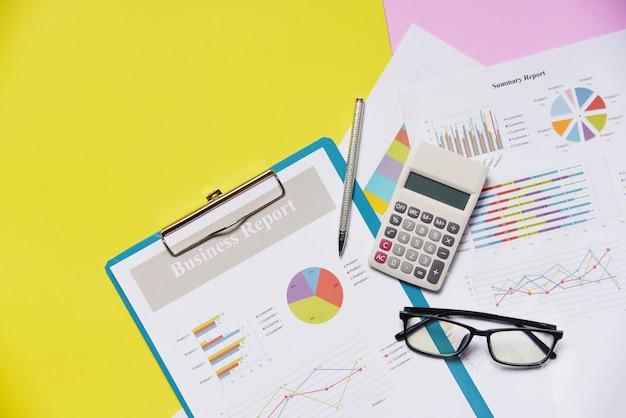 Geschäftsdiagramm-diagrammberichtspapier-finanzdokument mit taschenrechnerstift und -gläsern färben sich gelb