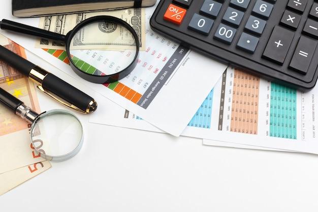 Geschäftsdiagramm mit lupe auf tabelle, draufsicht