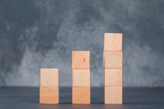 Geschäftsdiagramm und beschäftigungskonzept mit holzklötzen als diagrammseitenansicht.