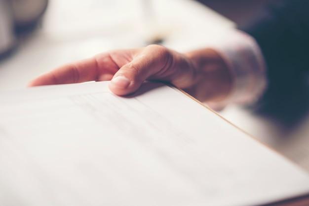 Geschäftsdokument in der hand des geschäftsmannes