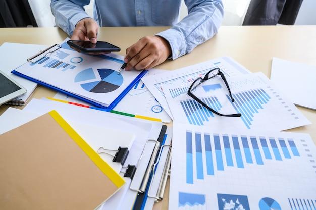 Geschäftsdokumente auf bürodiagramm finanziell mit dem diagramm des sozialen netzes, das datenanalyse-daten die diagramme und die diagramme bespricht