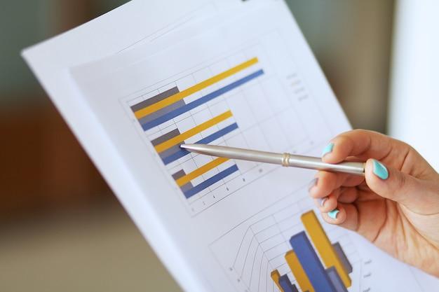 Geschäftsdokumente mit diagrammwachstum