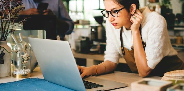 Geschäftseigentümer benutzt laptop