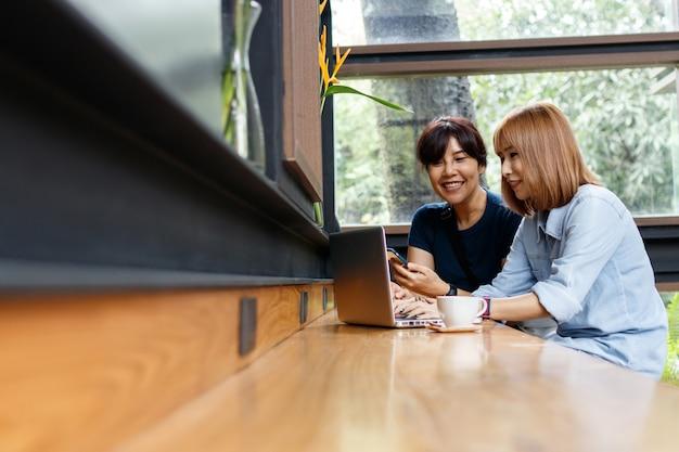 Geschäftseigentümerfrau, welche die ideen, meinungen teilend beim sitzen am café bespricht.
