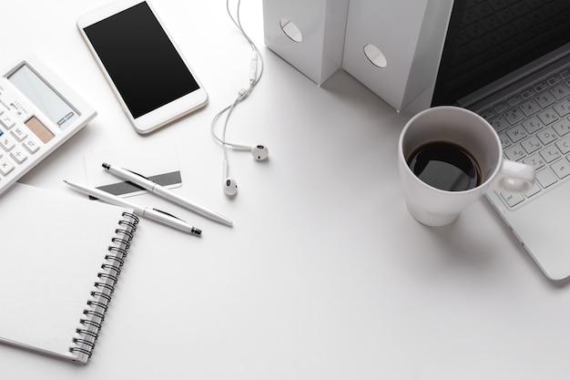 Geschäftseinzelteile fallen gelassen in kreative störung auf weißer tabelle
