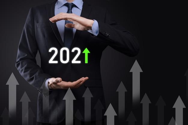Geschäftsentwicklung zum erfolg und wachsendes wachstum jahr 2021 konzept.plan geschäftswachstumsdiagramm im jahr 2021 konzept.businessman plan und erhöhung der positiven indikatoren in seinem geschäft.