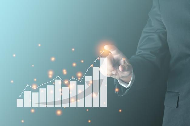 Geschäftserfolgskonzept geschäftsperson, die wachsende linie mit virtuellem balkendiagramm zeigt, zeigt gewinn- und umsatzwachstum des unternehmens