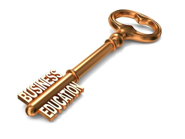 Geschäftserziehungstext auf goldenem schlüssel auf weißem hintergrund