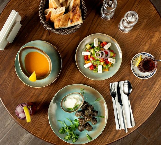 Geschäftsessen bestehend aus suppensalat und hauptgericht