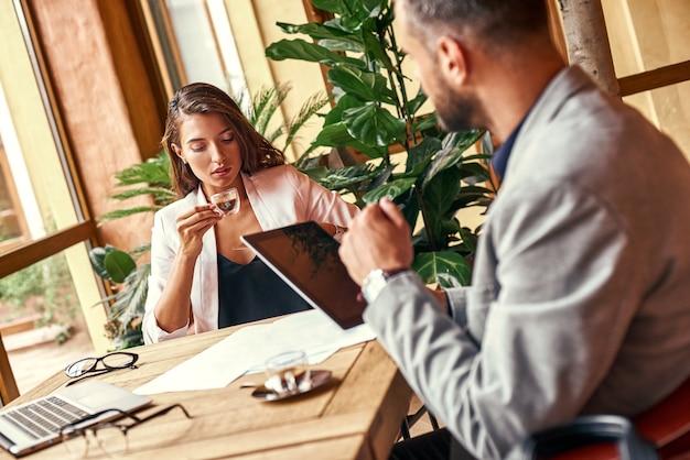Geschäftsessen geschäftsleute sitzen am tisch im restaurant und trinken kaffee und sprechen nahaufnahme