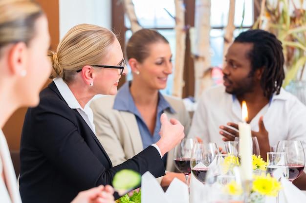 Geschäftsessen im restaurant mit essen und wein