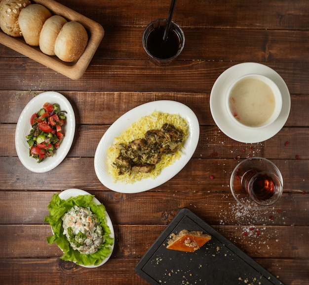 Geschäftsessen mit suppensalat und hauptgericht