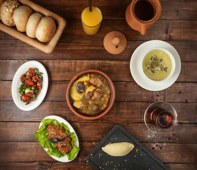 Geschäftsessen mit suppensalat und sperma