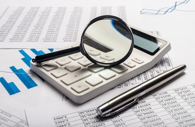 Geschäftsfinanzanalyse und forschungskonzept. berechnung von einkommen und gewinn.