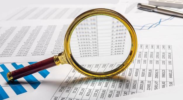 Geschäftsfinanzanalyse und forschungskonzept. lupe auf dokumenten.