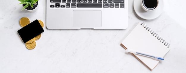 Geschäftsfinanzdesignkonzept, weiße bürotisch-draufsicht des marmortischs mit smartphone, modellkreditkarte, münzen, laptop, flache lage, kopierraum