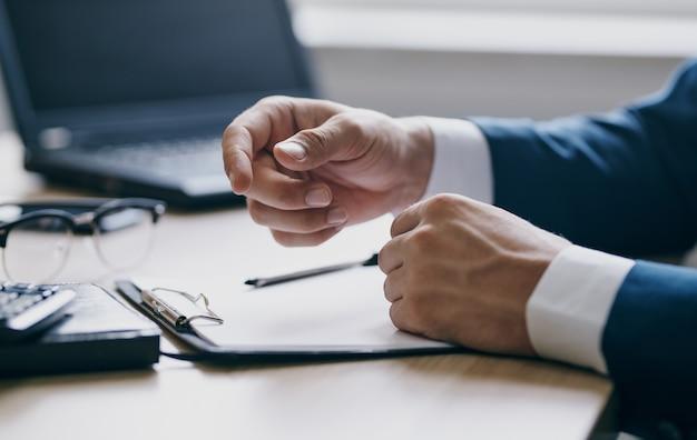 Geschäftsfinanzdokumente auf dem tisch laptop brille stift büro schreibwaren