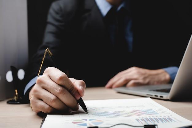 Geschäftsfinanzierungsdokument genehmigen, geschäftsmann, der vertragsunterlagen im amt unterschreibt, leute treffen sich für erfolgsunterzeichnungspapiere, hypotheken und darlehen, notar, der mit gesetzen für schuldenbanken arbeitet