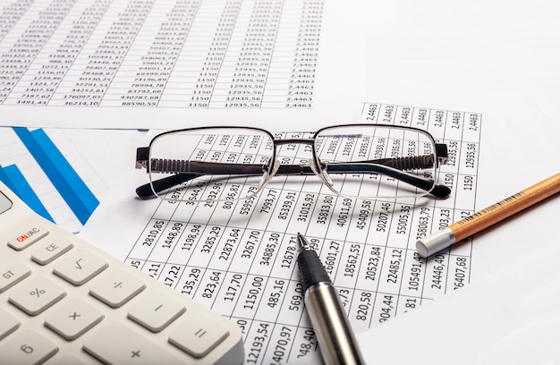 Geschäftsfinanzkonzept. buchhalter arbeitsplatz mit dokumenten