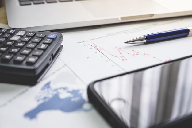 Geschäftsfinanzkonzept laptop, stift, kaffee, smartphone, diagramm für finanzierung