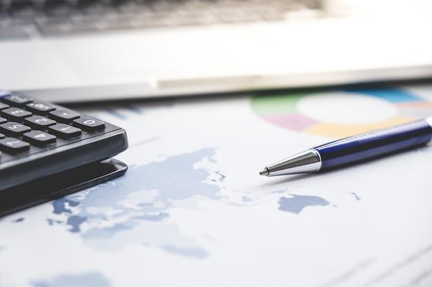 Geschäftsfinanzkonzept laptop, stiftdiagramm für finanzierung, geschäft auf dem tisch