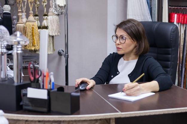 Geschäftsfrau am arbeitsplatz, arbeiten