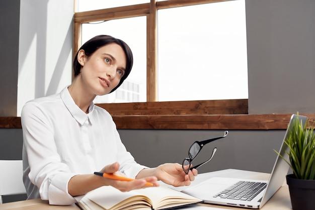 Geschäftsfrau am schreibtisch mit brille selbstbewusstsein isolierter hintergrund