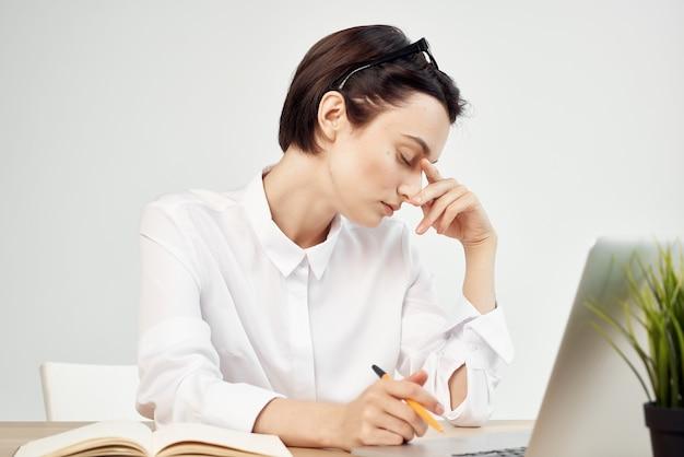 Geschäftsfrau am schreibtisch sekretärin executive studio lifestyle
