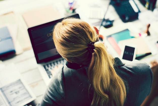 Geschäftsfrau am telefon an ihrem schreibtisch