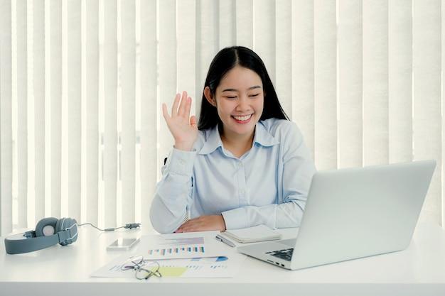 Geschäftsfrau analysediagramm und videokonferenzen mit laptop im home office
