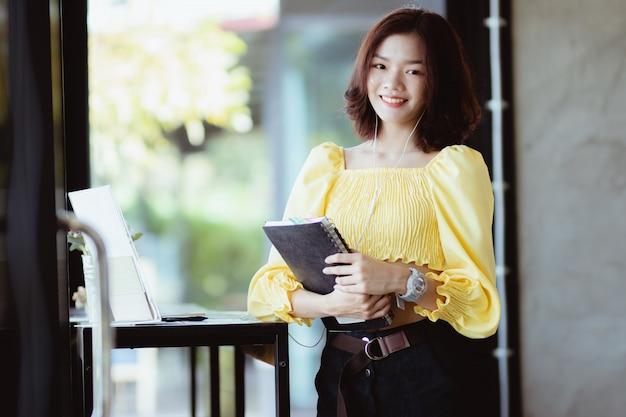 Geschäftsfrau arbeiten, musik in der freizeit mit glücklich hören.