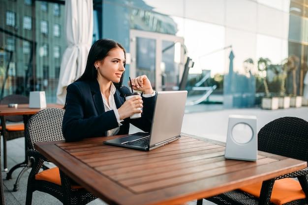 Geschäftsfrau arbeitet am laptop im büro, draufsicht
