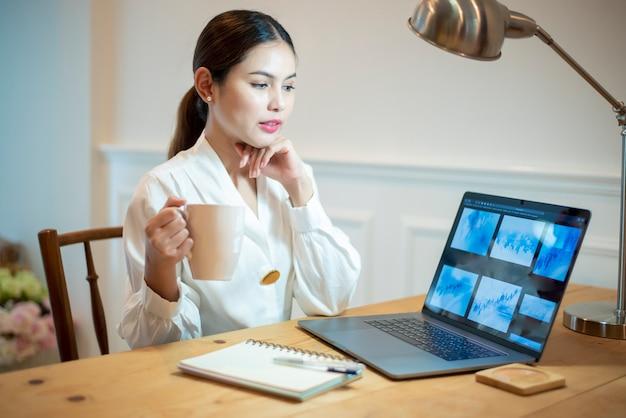 Geschäftsfrau arbeitet in ihrem schreibtisch