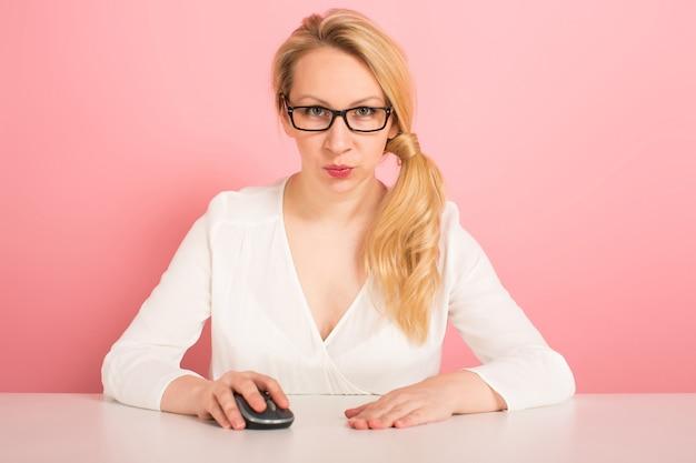 Geschäftsfrau arbeitet mit computermaus