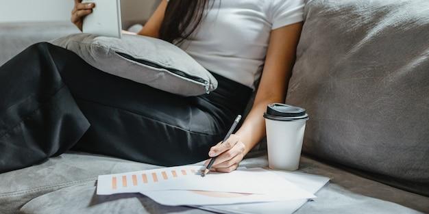 Geschäftsfrau arbeitet mit laptop-computer von zu hause aus, weibliche person, die mit online-kommunikationsgeschäft und -technologie arbeitet, arbeitsplatzschreibtisch mit notebook im innenbereich isoliert in einem haus