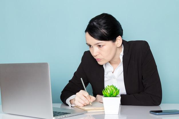 Geschäftsfrau auf ihrem schreibtisch