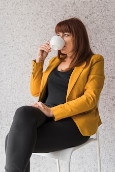 Geschäftsfrau auf trinkendem kaffee der pause