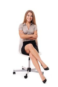 Geschäftsfrau auf weißem stuhl
