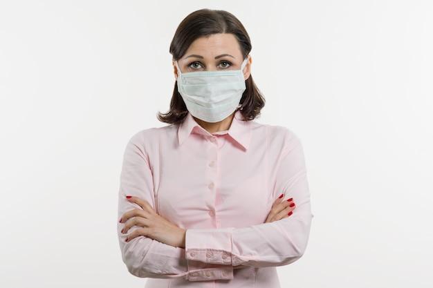 Geschäftsfrau befürchtet das virus und trägt eine gesichtsmaske
