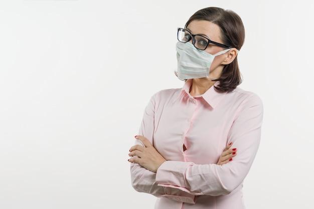 Geschäftsfrau befürchtet das virus und trägt gesichtsmaske
